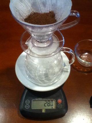 Mida su café molido para asegurar que ninguno se perdió, entonces cero la escala de nuevo.
