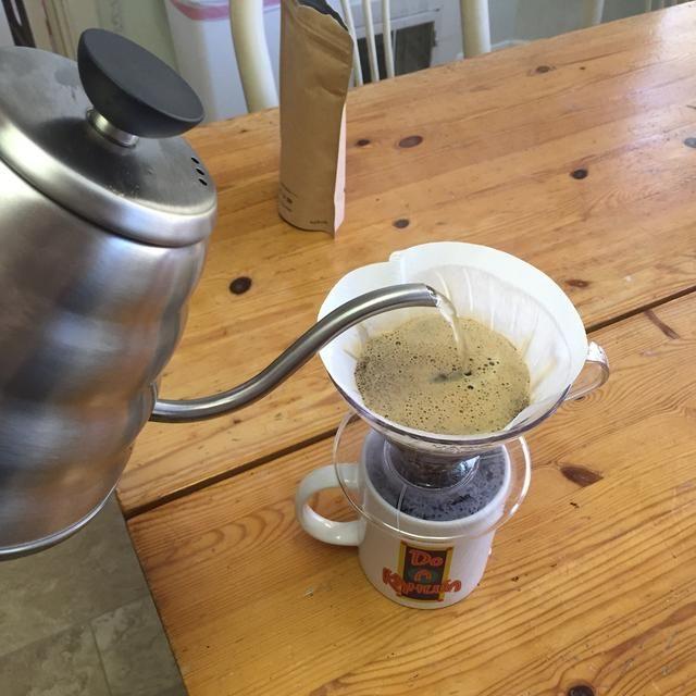 Asegúrese de no verter agua caliente sobre el filtro durante este proceso.