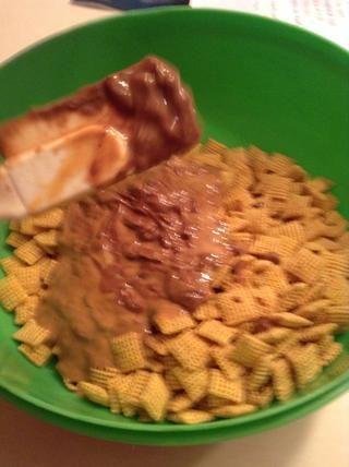 Mezcle el cereal y la mezcla.