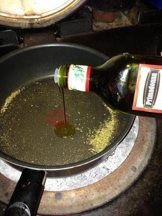 Añadir el aceite de hinojos