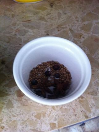1 cucharada de corianderseeds, 5 bayas de enebro, anís 2 estrellas, 6 granos de pimienta negra.