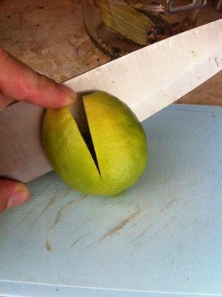 Cortar cualquier tallos de los limones. Cortar 2 incisiones en los limones unos 3/4 del camino.