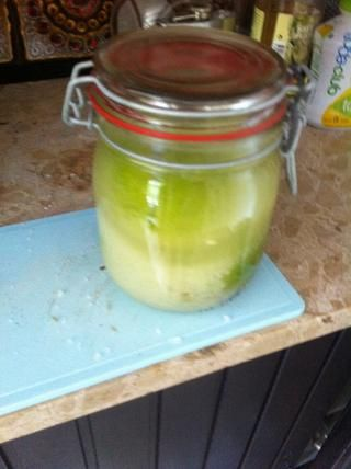 Inicio de con agua hasta que se sumergen los limones. Cerrar el frasco y agitar vigorosamente.