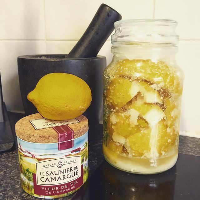 Deja en el tarro durante 4 semanas sacuden cada pocos días o menos. El uso en ensaladas, aderezos, tagines y cazuelas marroquíes.
