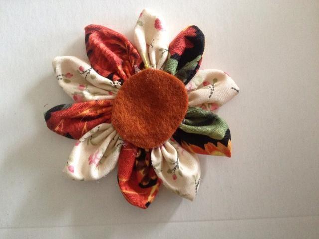 I caliente pegado una ronda más grande sintió a la parte inferior de la flor.