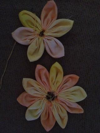 En este ejemplo, usted también tiene la opción de capas de las flores. Solía menos pétalos de la flor arriba. Misma técnica como la flor de una sola capa.