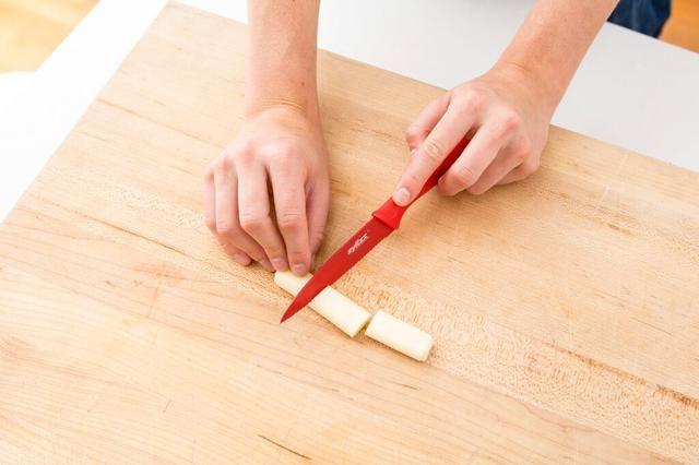 Cortar el queso en tiras en tercios.