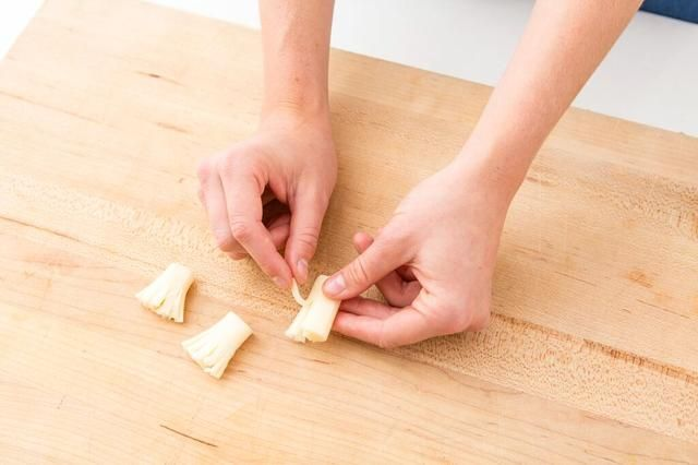 Separe el queso en hebras finas para que se vea como un callejón sin palo de escoba.