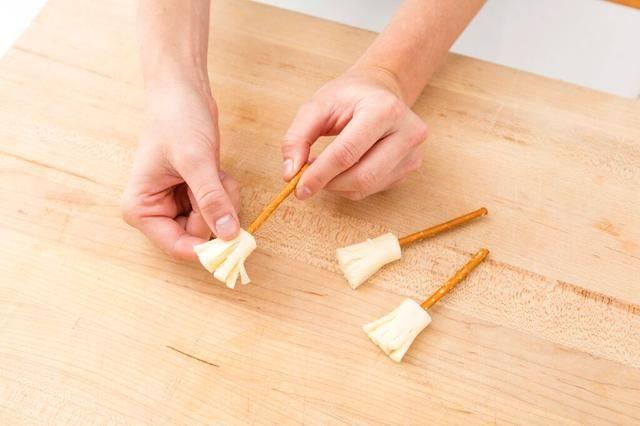 Empuje el pretzel en el extremo de la cadena de queso.