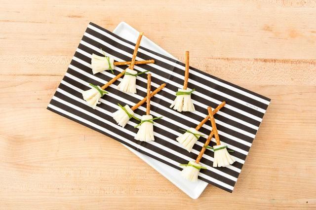 Receta Inspirado por: http://onelittleproject.com/halloween-treat-cheese-pretzel-broomsticks/