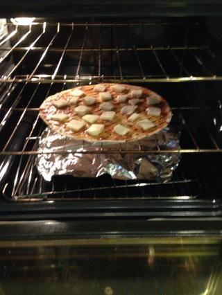 Coloque la pizza directamente sobre la rejilla con papel de aluminio debajo. 8-10 minutos en 450