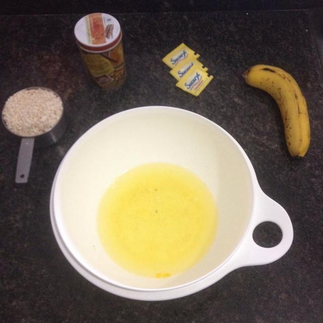 Si el uso de huevos enteros, separar las claras.