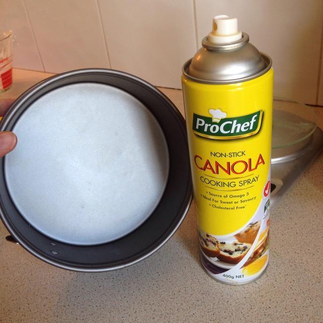 Precalentar el horno a 325 grados Fahrenheit (162 C). Con aerosol antiadherente, rocíe un molde 6x2 uniformemente. (Un molde desmontable es ideal, pero se puede salir sin uno).