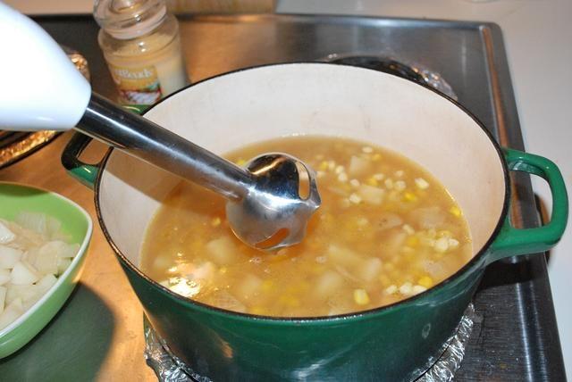 El uso de una batidora de inmersión, se mezclan los ingredientes en la olla hasta que son una consistencia suave