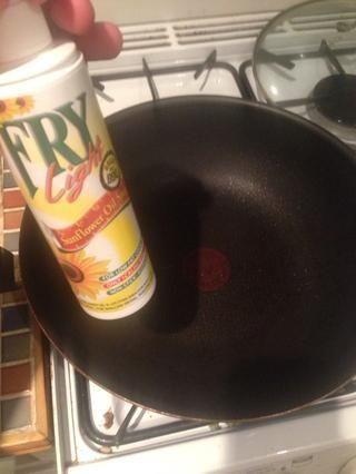 Obtenga su sartén agradable y cálido, y luego rociar un poco de aceite para freír.