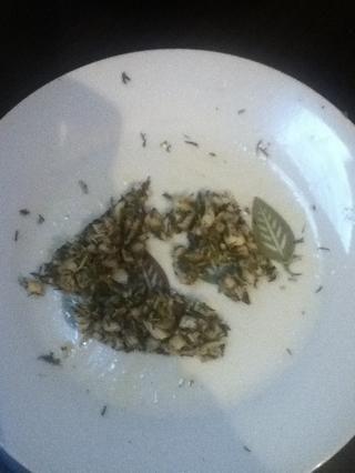 Carne picada y puré de ajo en una pasta con 1/2 de cucharadita de sal y 1/2 cucharadita de pimienta. Mezcle con hierbas y 1 cucharada de aceite.