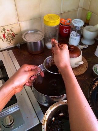 Remoje tamarindo en agua caliente y quitar todas las semillas y trozos insolubles