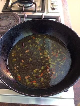 Añadir el jengibre, sal, polvo de cúrcuma y el azúcar moreno. Revuelva hasta que se disuelva. Hervir la mezcla hasta que espese.