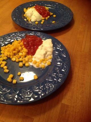 Servir con maíz, salsa y crema agria.