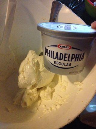 En un lugar bol 12 oz separada de queso crema ablandado.
