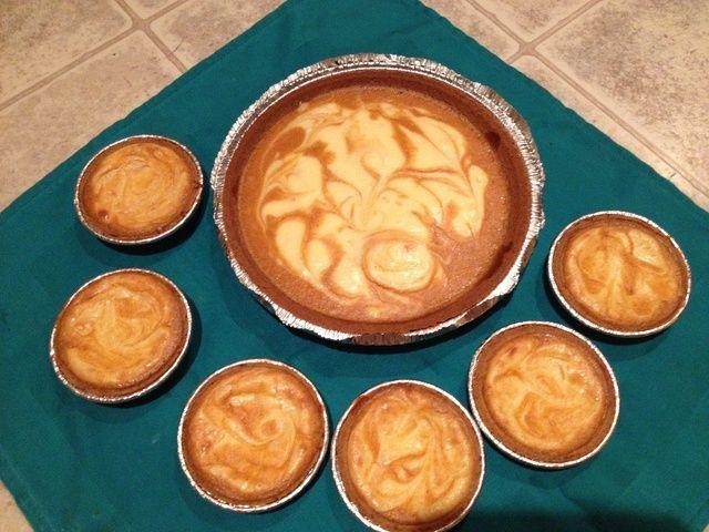 ¡Disfrutar! Estos deliciosos pasteles se pueden servir con crema batida para un sabor más cremoso.