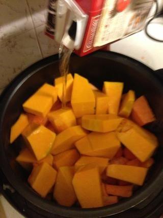 Agregue la calabaza, la batata, la zanahoria y el caldo de verduras. Rellenar con agua hasta justo debajo de la parte superior.