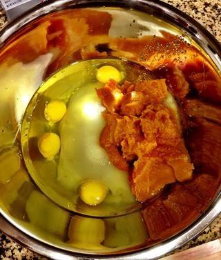 En un tazón grande, mezcle 4 huevos, 1 y 2/3 tazas de azúcar, aceite vegetal 1 taza y 1 lata de calabaza.