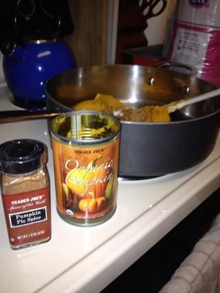Caliente una lata de puré de calabaza en una sartén, agregue 2 cucharaditas de especias para pastel de calabaza
