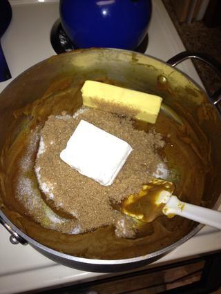 Retire del fuego y añada 4 oz de queso crema, una barra de mantequilla, y 1 taza de cada azúcar moreno y el azúcar blanco. Mezclar bien