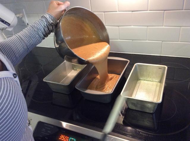 Vierta la mezcla de pan de calabaza en las cacerolas.