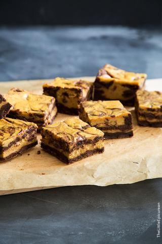 Para obtener instrucciones más detalladas visite mi blog en: http://thelittleepicurean.com/2015/09/pumpkin-cheesecake-swirl-brownies.html