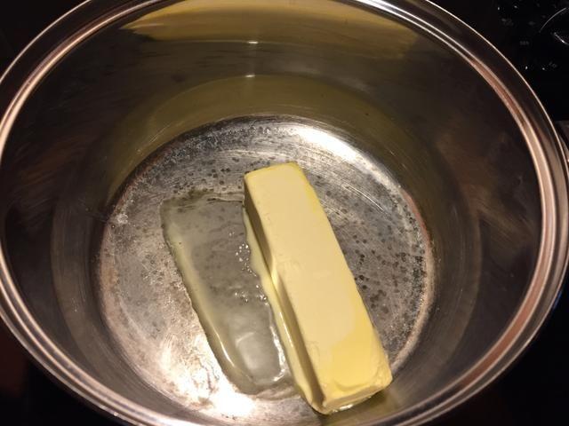 Comience por la fusión de la mantequilla.