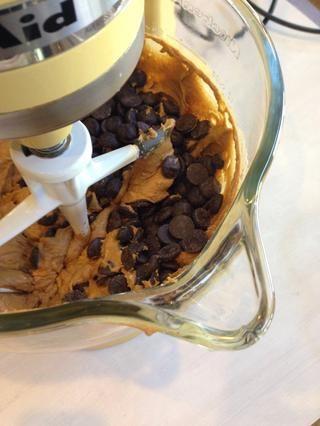 Agregue las chispas de chocolate y vainilla.