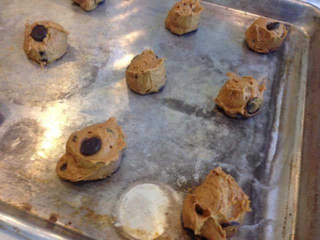 Yo uso una cuchara galleta, pero si usted no't have one, drop by the spoonful on un-greased cookie sheet. Bake 13-15 minutes on 370 degrees Fahrenheit.