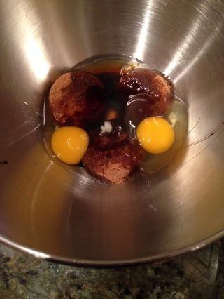 En una batidora, agregar el azúcar morena, ambos huevos, el aceite y el batidor de melaza