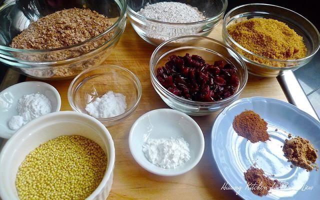 Mida todos los ingredientes secos necesarios para hacer las magdalenas. Para más detalles sobre los ingredientes, por favor acceda huangkitchen.com/cranberry-millet-pumpkin-muffins/~~number=plural o en los suministros de Snapguide.