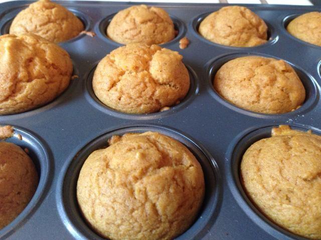 Deje que los cupcakes se enfríen durante 10 minutos antes de helar.