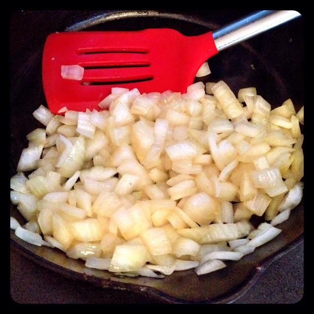 Caramelizar la cebolla.