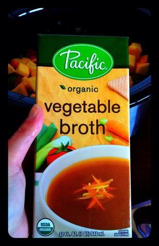 Añadir 32 onzas de caldo de verduras a la olla de cocción lenta.