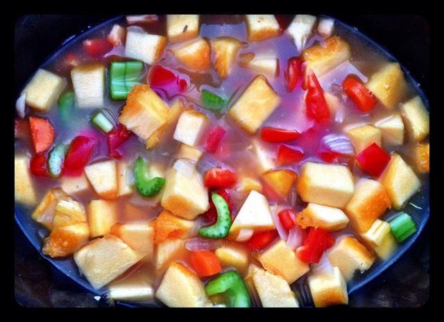 Añadir sal, pimienta, comino, pimiento rojo triturado, y polvo de curry. Revuelva juntos.