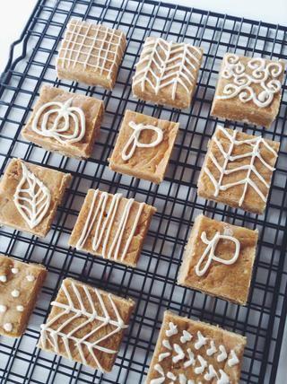 Variaciones: añadir nueces o nueces, superior con chispas de chocolate, use moldes de galletas para cortar diferentes formas, añadir diferentes especias, rociar con caramelo.