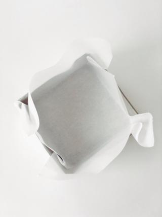 Forrar un molde con papel pergamino, se debe llegar a los lados también. Se trata de un pan brownie 8x8.