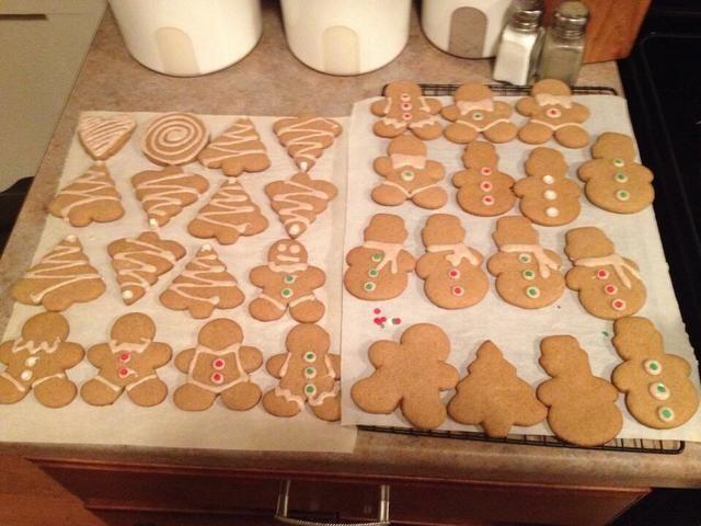 Decorar las galletas con la formación de hielo y asperja, si lo desea.