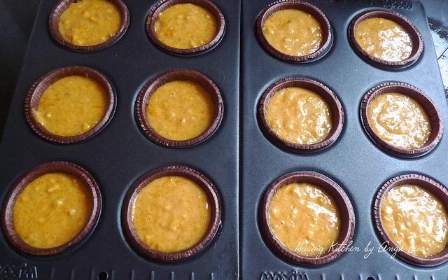 Usando una cuchara ince-crema, cuchara la masa calabaza en los moldes para muffins preparados.