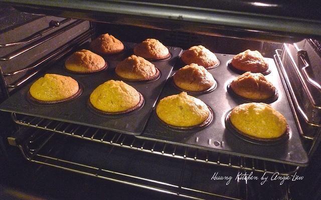Hornear los molletes de pan de jengibre en el horno precalentado hasta que estén doradas, unos 25 minutos.