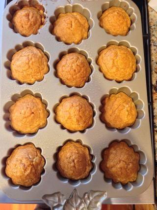 Llene su molde para muffins, con la masa, sólo hasta la mitad! Hornear durante 20-25 minutos a 400 grados Fahrenheit.