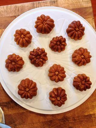 Permitir magdalenas para sentarse en el molde durante 15 minutos, luego retire y se enfríen completamente antes de acristalamiento.