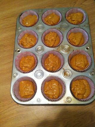 Vierta la mezcla en molde para muffins con forros