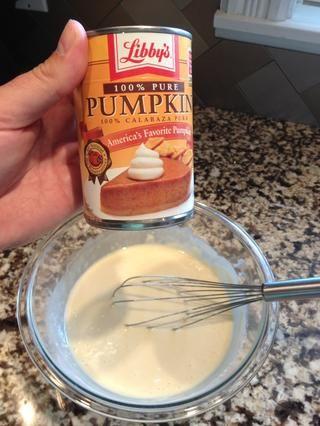 Añadir los 3-5 cucharadas de calabaza pura