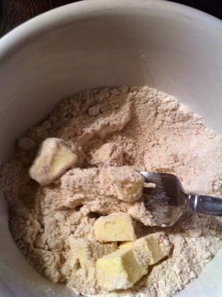 Con un tenedor o cortador de los pasteles, mantequilla puré en la mezcla para pastel hasta parece deleznable.